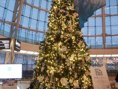羽田空港ターミナル2のクリスマスツリー 予想より青くないですね ここのターミナルで赤は使われないですからね