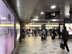 博多駅に到着です。帰省客で多少混雑も、人出は少ない。