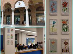 """サン・フランチェスコ広場に面したインフォメーションに立ち寄り 後で行く『サンタポリナーレ・イン・クラッセ聖堂』までの バスの時刻表をいただきました。  オフィスに飾られていたお花のモザイクには """"Città Amica delle Donne""""(女性に優しい街)と書かれ 街中でも見かけていたのでその事についてお聞きしてみると、、  ラヴェンナの町が女性の権利を尊重し、守り応援する取り組みを していることを示しているとのことでした。"""
