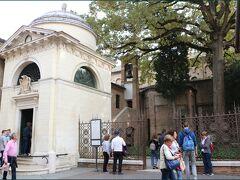 【ダンテの廟堂】  サン・フランチェスコ教会の敷地の一角に ダンテ・アリギエーリ(1265-1321)の廟堂があります。  イタリア文学最大の詩人ダンテが生まれ育ったのは フィレンツェでしたが、代表作である「神曲」を執筆し 亡くなったのも実はラヴェンナでした。