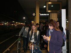"""ダイヤが乱れていたのと日曜日だったせいもあるのか、 ホームはこんな大賑わいでやって来た列車も超満員!  結局ボローニャまでの1時間余り、立ち通しでした(>_<) 駅前の""""Hotel Mercure Bologna Centro""""にチェックインし お夕食は駅のバーガーキングでテイクアウト。 (実はバーガーキングのワッパーが大好きです^^)  明朝、オルヴィエートへ向かいます。"""