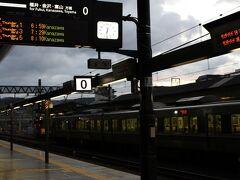 京都駅0番線にあるセブンイレブンが6時半に開いたので~ホットコーヒーを買って、始発の電車を待ちました。