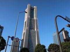 ドーンっと「横浜ランドマークタワー」。  青空でいい感じに建っている♪。