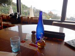 青い瓶の中身はお水なんだけど、ギリシャっぽくって素敵 このパソコンが青い便って変換するんだけど(* ´艸`)クスクス 羽田から青い便に乗ってきましたよ~