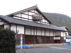 耐震工事中だとかで柵の外から見てみました。 日本最古の芝居小屋で重要文化財に指定されています。