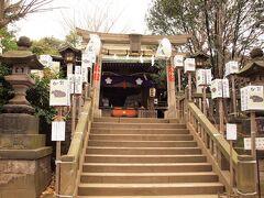 諏方神社/本殿 元久二年の創立。寛永十二年に社殿を現在の地に遷座し、明治になってから日暮里・谷中の総鎮守の神社となりました。 八月の大祭には百軒近くの露店が並びます。