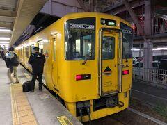"""名前の通り、車体が黄色い""""快速なのはな""""に乗って、鹿児島中央駅に到着しました。"""