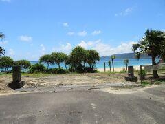レンタカー返却前最後の寄り道は、奄美のローカルコンビニ島人マート。 飲み物やおやつを購入しました。 駐車場からは、青い海が見えます。