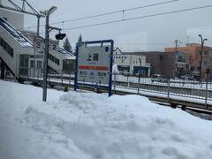 新幹線に乗っちゃえば木古内→新函館北斗はたった13分で到着しちゃいますが、地元では絶対に見ることがない、車窓から見えるこんな雪がもりもりのプラットホームは、鈍行列車に乗らないと見れません!  これ、雪かきしても全然追いつかないんだろうなぁ。
