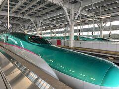 新青森駅から、はやぶさ1号に乗って、いざ北海道へGo!  車両はH5系ではなく、東北新幹線のE5系だったけれど、このエメラルドグリーンの車両自体、乗るのが5年以上ぶりなので嬉しいな♪