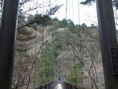 回顧の吊り橋。 昭和62(1987)年完成の全長100m、高さ30m、渓谷歩道の起点となる吊橋です