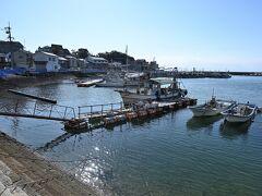 「福禅寺」を出発し、今度は港の方へとやってきました。 岸辺には江戸時代に整備されたという雁木(船着場で船荷を積み下ろしするために使う階段)が残されていますが、さすがに現在は浮き桟橋を使っているのでお役御免のよう。
