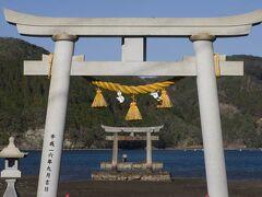 天気が良く海の青さが目立ちます。 和多都美神社の海の鳥居は、本当はもう1つ奥にあるのですが、そちらは10月の台風で倒れてしまいました。 それでも絶景です。