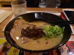 昼も過ぎているので博多駅で腹ごしらえ。  とりあえずはラーメンっしょ!! 豚骨イイネ!