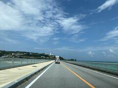 ビーチを後にして、古宇利島へ。恩納村から車で1時間位走ったでしょうか。古宇利大橋を渡って島へ渡りますが、両サイドが海なので絶景です。山口の角島大橋と似た雰囲気ですが、海の綺麗さはさすがにこちらに軍配。