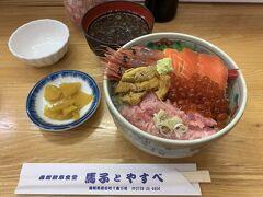 サービスという名の付いた安いメニューだからなのか、それとも函館朝市が観光客向けの市場だからなのか、そこまで感動の海鮮丼ではなかったです。 ウニとか、ちょっと茶色くなってるし…。 ちなみにウニは、前回の人生初の北海道旅行で札幌の場外市場で食べて以来ですけど、やっぱりそこまで好きにはなれないかも…。   海鮮丼としては、同じ値段で青森で食べたのっけ丼の方が私は断然好きだな…。 でも、朝食から海鮮丼を食べられるなんて、海沿いの街を旅行した時だけの贅沢だし、来てよかったとは思ってます。