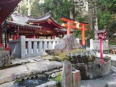 それから横にある九頭龍神社 新宮へ。ここはそこまで混んでいませんでした・・・すぐ隣なのにね? ここは、芦ノ湖畔にある九頭龍神社 本宮から御分霊を奉遷して建てられた神社です。箱根神社と一緒にお参り出来るから便利ですね。