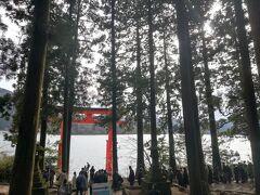 箱根神社で一番有名?な水中鳥居。物凄い人です・・・まっすぐ並ぶと石段、そして道路に出てしまうからか、鳥居の横の遊歩道に芦ノ湖に沿って並ぶようになっています。