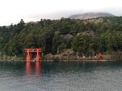 箱根神社の鳥居を、湖側から見られるのは、やはり船上からのみ。そういう意味でも、船に乗って良かった♪