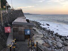 まずは、共同の黒根岩風呂へ行ってみました。 北川温泉宿泊者は無料で、受付で検温チェックしてから入ります。