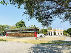 1976年落成の高雄左營孔子廟。台湾の各地にある孔子廟の中で、新しいものに属する。  画像の手前は「萬仞宮牆」と記された高い壁。出典となっているのは、『論語』にある「夫子之牆數仞、不得其門而入、不見宗廟之美、百官之富、得其門者或寡矣」。孔夫子の学問道徳は山より高く海よりも深い。もしこれを修めようとするならば、近道はなく、ひたすら学び続けるしかない。「萬仞宮牆」とは孔子の学問の深さを賛美する言葉。自身の学問の浅さを謙虚に言い表す「賜牆及肩」とともによく使われる表現。でも、実社会では自己主張と謙虚さをうまく使い分けないといけないから大変だ。