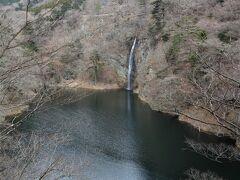回顧の滝。 尾崎紅葉の「金色夜叉」でも紹介された塩原を代表する滝で、回顧の吊橋を渡り、10m程歩くと観瀑台(展望台)が在り、水晶のすだれをたらしたような滝が眺められます。景色が美しく、「去る旅人が振り返らずにいられない」と言われた事から、この名が付きました。 でも、遠い・・