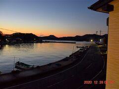 2日目の朝は快晴の天気予報、まだ日の出前の海。