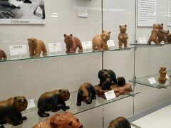 郷土資料館と、木彫熊資料館は同じ場所にあります。