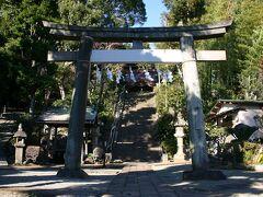 旧東海道に戻り、東海道本線を潜ると、右手に『居神神社』が現れた。 居神神社は、伊勢宗瑞に滅ぼされた三浦一族の荒次郎義意を主祭神とする社である。 伝説では、その首が、このあたりに飛んできたという云われている。 社殿へと続く石段の前に建つ石造りの鳥居は、地元の氏子衆により、延宝5年(1677)に奉納されたものだそうだ。
