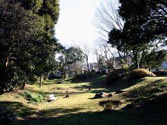 大久寺と東海道線を挟んで反対側の路地裏に、小田原城総構の遺構である『早川口遺構』がある。。 住宅街の中に忽然と現れる公園のような場所だが、微かに残る土塁の跡が、全国屈指の規模を誇る小田原城外郭の貴重な遺構であることを物語っていた。