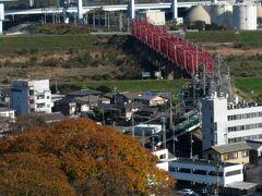 ケーブルに乗って下山します。 木津川を渡る京阪電車が見えました。