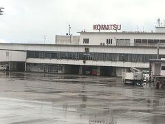 みぞれ模様の小松空港へ到着しました。ここからレンタカーで移動します。