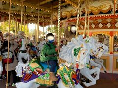 ③『キャッスルカルーセル』5分待ち 去年はシーで一人で乗ってたのに 今日は『一緒に乗ろう~』だって。 こちらは2人乗り木馬 ちゃんとベルトあります