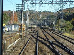 東青山駅。トンネルの反対側にあった棒線ホームだけの西青山駅と比べ、こちらは側線も折返し線も引込線もある、それなりの駅。 この駅で折り返す電車もあって、ここから先は本数が増える。