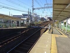 必要最小限に小さい駅で、上りホーム側にある駅舎へは構内踏切を渡る。 と思ったらその構内踏切が鳴り出した。