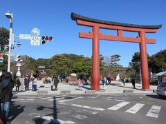 由緒ある鎌倉の鶴岡八幡宮。 今までも折に触れて、お詣りさせて頂きました。 そして、何度も窮地を救って頂いた気がします。 日頃のお礼と感謝の気持ちを込めてお詣りします。 若宮大路から三の鳥居へ。
