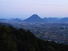 御本宮前の展望台からの眺め。讃岐富士(飯野山)が見えます。