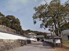 白壁が美しい「信光明寺」へ…
