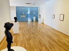 中は白と木を基調とした明るい空間。ワークショップの作品が展示されています。