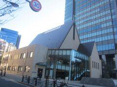 早稲田通りを南下し、右手には富士見町教会が見えます