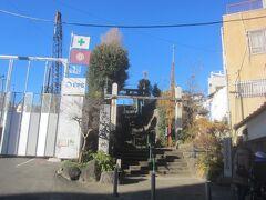 大久保通りを進み、住所は「新宿区筑土八幡町」 その名の通り、筑土八幡神社がある場所で、この石段を登っていくと神社があります