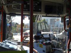 数分遅れでやってきたバスは、空席もあってのんびりムード。