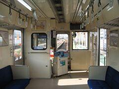 二両編成のローカル電車。 平日のこの時間は混むはずもなく、ボックス席を独り占めして出発です。