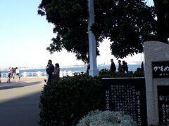 山下公園「カモメの水兵さん」の歌碑。