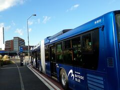 横浜駅の方に戻るには陸路、水路色々と手段はありますが、船は当然のことながら40分ほど掛かり、丁度青いバスの停留所があったのでベイサイドブルー(横浜市営バス)に乗り赤レンガ倉庫で途中下車。