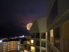 その後ホテルのプールで遊び、夜べランダでゆっくり過ごしていたところ、突然轟音が。 落雷かと思ったら、花火でした。 石垣島まつりのフィナーレで花火が打ち上げられたようです。  コロナ禍で、数々の花火大会が中止になり、今年初めてみた花火でした。