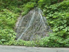 11:10 奥入瀬渓流の途中で車を止めて、この滝の写真を撮りました。これが『玉簾の滝』です。