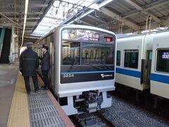 ただし、そのストーリーはいま一つ惹き込まれるものがなく、やや無理やりの感も。 もっとも鉄道好きには魅力あるルートが組まれいるのではないかと。 なお今回仮に乗り過ごしがなくても、一日乗車券を購入した方が若干有利でした。(新宿から始める場合は一日券がお得)  新百合ヶ丘駅で多摩線の列車に乗換えします。