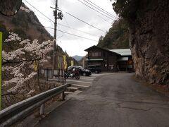 12:45 みたらい休憩所 せっかくここまで来て、みたらい渓谷は外せない、でも、そんなに時間がないので、 みたらい休憩所に車を停めて、往復45分のハイキングをすることにしました。