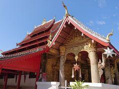 この屋根が特徴的で、五重に折り重なっている典型的なルアンパバーン様式です。